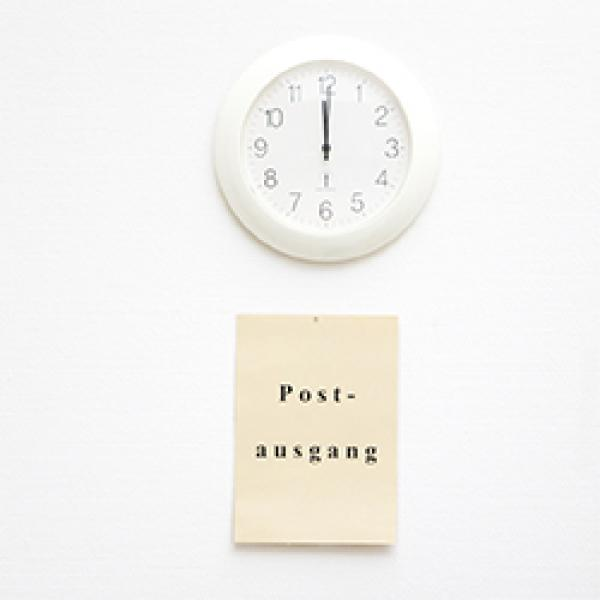 Uhr und Post Hinweisschild
